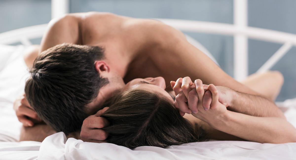 Секс в попу во время сна